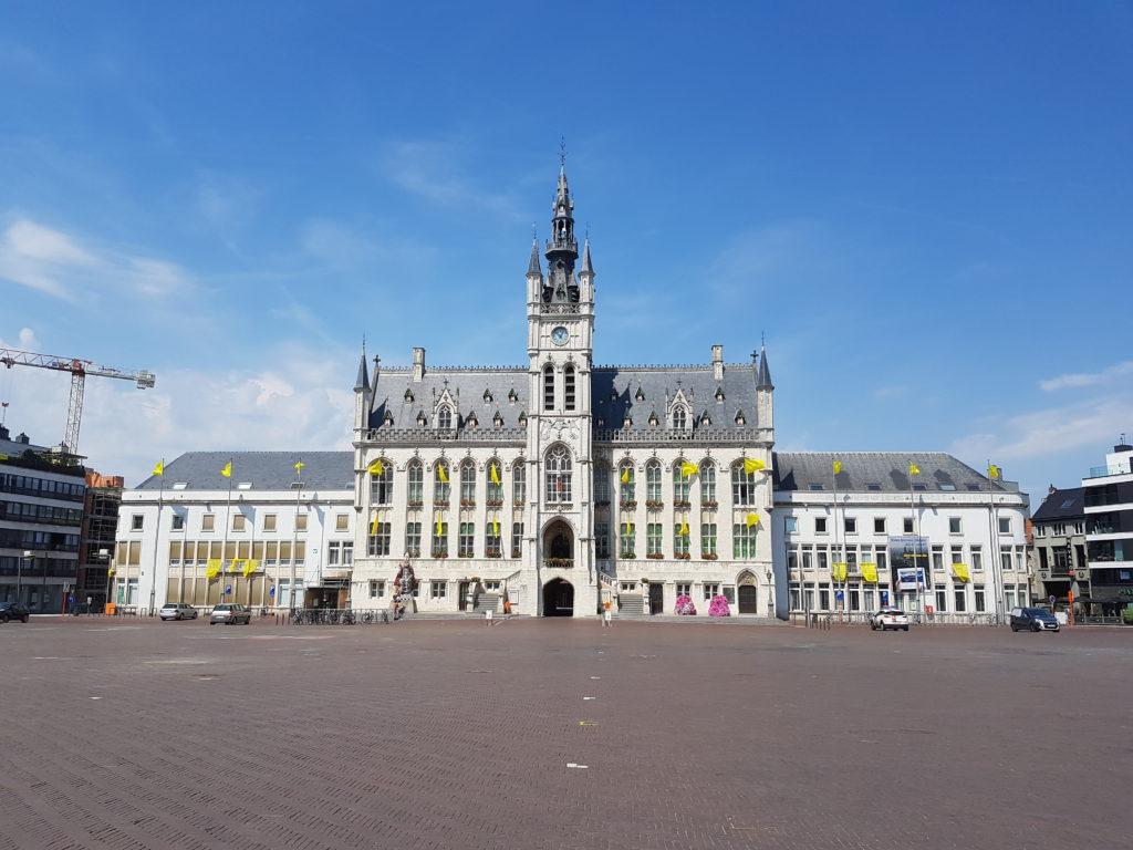 Stadhuis en grote markt Sint-Niklaas
