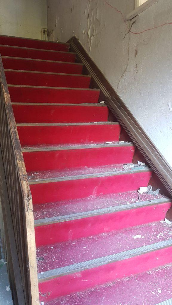 Lost Place Huis van KiesdePijn - trap met rode loper